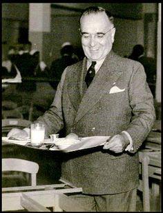 Getúlio Vargas em um restaurante do SAPS, 1940/1945. Rio de Janeiro (RJ). (CPDOC/AVAP foto 007)