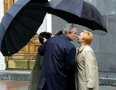 Президент США Джордж Буш (должности здесь и далее указаны на момент съемки) и Людмила Путина на Красной площади. 2005 год