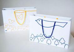 (株)ルクレさんのノベルティグッズ(ペーパーバッグ)のデザインです。バッグを持ったとき、置いたときで絵が変わります。企業からもらった紙袋は捨てられたり押し入れに仕舞われがち。もらった人がまた使いたくなるデザインを考えました。 pic.twitter.com/q4F2KN49Pm