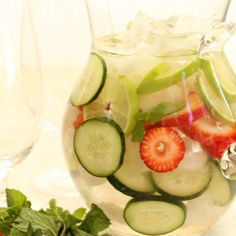 Easy recipe for a refreshing summer drink - Strawberry Cucumber Infused Flavored Water An easy recipe for making your own naturally flavored fruit water at home for a refreshing summer beverage. Infused Water Recipes, Fruit Infused Water, Fruit Water, Almond Milk Popsicles, Ginger Detox, Harvest Kitchen, Detox Salad, Diet Detox, Refreshing Summer Drinks