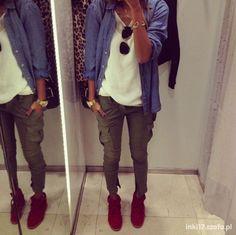 zdjęcie casual koszula jeansowa i bojówki w pełnej rozdzielczości