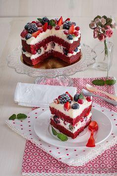 Red velvet sponge cake with red fruits - cakes - cake .- Roter Samt-Biskuitkuchen mit roten Früchten – cakes – Kuchen Rezept Red velvet sponge cake with red fruits – cakes – cake recipe Red velvet sponge cake with red fruits – cakes – # Fruits - Red Velvet Cake Decoration, Easy Red Velvet Cake, Bolo Red Velvet, Red Cake, Red Velvet Birthday Cake, Res Velvet Cake, Fruit Birthday Cake, Easy Cake Recipes, Dessert Recipes