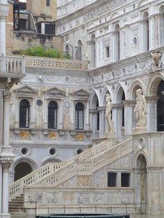 Venice, Italy- Palazzo Ducale http://mundodeviagens.com/ - Existem muitas maneiras de ver o Mundo. O Blog Mundo de Viagens recomenda... TODAS!