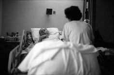 Los médicos deben señalar con una «x» la historia de los pacientes crónicos si sospechan que les queda un año de vida. La decisión condiciona los tratamientos. Esta denuncia viene gracias a que hay médicos que tienen ética y moral, algo que debería contagiarse...