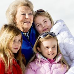 Prinses Beatrix met kleindochters Alexia, Ariane en Amalia.