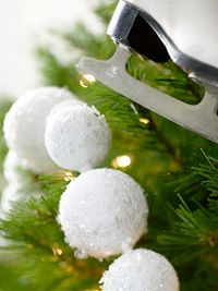 Pretty, sparkly, snowball garland made from styrofoam balls, white paint & mica flakes...