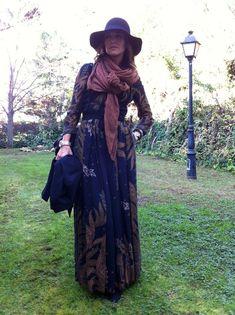Vestido de Alianto, chaqueta de dolores promesas, gorro de denny rose, botas altas de ante de zara y bolso de chloe