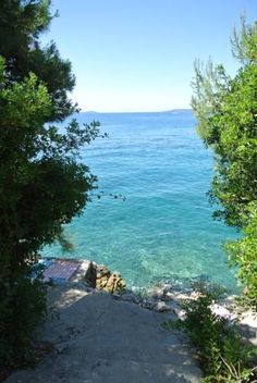 Apartments Topli Bok Okrug Gornji Offering a garden, Apartments Topli Bok is set in Trogir, 3.2 km from Trogir Marina. Kamerlengo Castle is 3.4 km from the property. Free private parking is available on site.  There is a seating and/or dining area in some units.