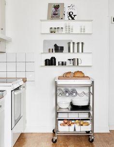I pensili a giorno su una parete inutilizzata sono ideali per riporre libri di cucina e contenitori per alimenti, mentre un carrello fornisce un piano di lavoro extra - IKEA