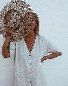 Fashion photo with straw hat and white dress. How to hold a hat in photos. Fashion photo with straw Mode Style, Style Me, Easy Style, Look Fashion, Fashion Outfits, Womens Fashion, Beach Fashion, Beachwear Fashion, Hipster Fashion