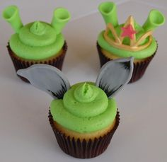 shrek cupcakes for Elsie baby's Birthday! Green (gel colouring) vanilla flavour cupcakes with chocolate buttercream, green icing shrek ears and green icing number Bolo Do Shrek, Shrek Cake, Disney Cupcakes, Cupcake Cakes, Fondant Cupcakes, Cupcake Toppers, Green Cupcakes, Yummy Cupcakes, Shrek Wedding