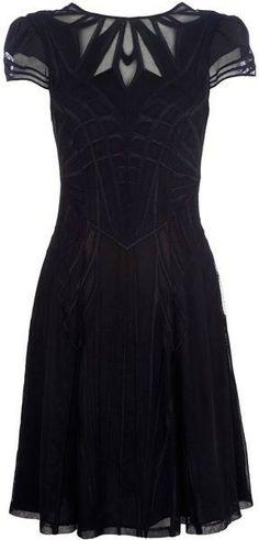 Elegante vestido con detalle en el cuello.