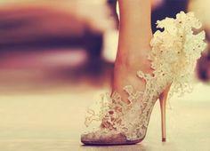 Llamativos zapatos de novias modernos 2015