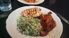 Middag: Kylling med urtecouscous og abrikosbagte tomater. Opskrift: MIDDAG sund og slank året rundt. Side 74.