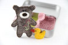 Teddybär in der Dose  Dieser Kerl ist eine niedliche Tierchen, die auf der kleinen Insel im Atlantischen Ozean geboren. Versteckt in der Dose, die er überall durchgeführt werden kann, entweder in Ihrer Tasche oder Ihrem Kind Tasche, bereit um zu spielen, wann immer erforderlich!  Dieser Satz würde perfektes als Geschenk für Ihre kleinen, phantasievolle spielen zu unterstützen. Es ist schön in einer Baumwolltasche verpackt, so dass es als Geschenk gegeben werden kann.  Das Set besteht aus…