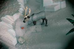 Sven en playmobil reine des neiges   Ma Fille Alizée partage la même passion que moi pour les Playmobil. Pour les besoins d'une exposition Playmobil, elle a réalisé un diorama basé sur le dessin animé de la Reine des Neiges de Disney.     Comme Playmobil n'a pas commercialisé de licence Disney, Alizée a customisé (modifié) des personnages Playmobil pour représenter les principaux personnages de la Reine des Neiges. Licence, Diorama, Comme, Passion, Pets, Disney, Animals, Characters From Frozen, Radiation Exposure