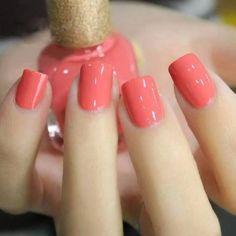 Sencillas pero elegantes uñas coral