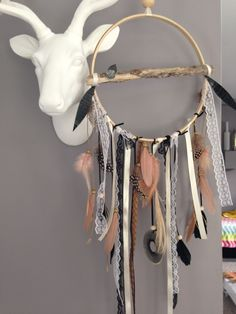 Attrape rêves / dreamcatcher / attrapeur de rêves en bois flotté, dentelle, plumes et perles bois : Décorations murales par marcelmeduse