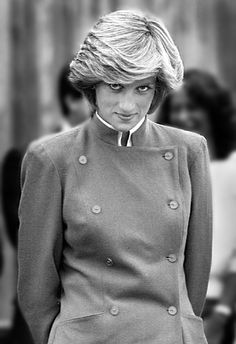 Category: Memories Of Diana - Princess Diana Remembered. Diana , Princess of Wales gives a shy glance towards waiting photographers during a tour stop in Montague, P. Princess Diana Family, Royal Princess, Princess Of Wales, Lady Diana Spencer, Princesa Diana, Estilo Real, Diana Fashion, Elisabeth Ii, Diane
