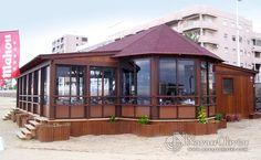 Chiringuito de madera de 100 m2 con cerramiento en aluminio y cristal by NavarrOlivier.com 100 M2, Cabin, House Styles, Outdoor Decor, Villa, Home Decor, Design Reference, Beach Bars, Wood