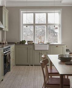 Grønt Shakerkjøkken — Nordiska Kök Farmhouse Style Kitchen, Kitchen Dining, Kitchen Decor, Kitchen Cabinets, Nordic Kitchen, Green Cabinets, Kitchen Oven, Farmhouse Sinks, Open Kitchen