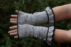 Free Ravelry Pattern: Belle Ruffle Gloves pattern by Veronica O'Neil Knit Or Crochet, Learn To Crochet, Crochet Hooks, Mitten Gloves, Mittens, Cable Knitting, Knitting Projects, Veronica, Fingerless Gloves