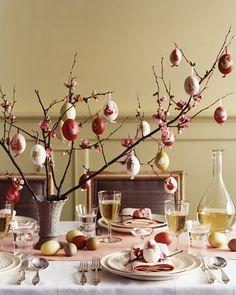 Ovinhos decorados e galhos de árvore. Simples e lindo!