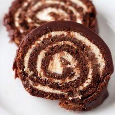 Chocolate Swiss Roll Cake is the ultimate decadent gourmet dessert that looks ridiculously complicated but is totally doable. It's gluten free and SO amazingly scrumptious. Chocolate Roulade, Flourless Chocolate, Chocolate Recipes, Lindt Chocolate, Homemade Chocolate, Chocolate Smoothies, Chocolate Mouse, Chocolate Shakeology, Chocolate Crinkles