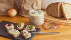 Luxusní masová pomazánka: rillettes – Tchibo Samos, Barbecue, Camembert Cheese, Breakfast Recipes, Brunch, Dairy, Pudding, Ale, Food