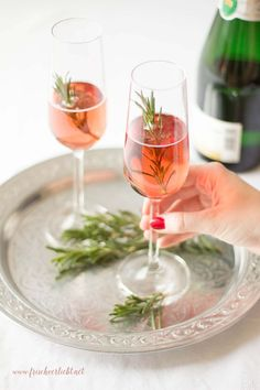 Prosecco with rosemary and creme de cassis - Aperitif - Iced Tea Cocktails, Non Alcoholic Drinks, Healthy Eating Tips, Clean Eating Recipes, Healthy Recipes, Summer Grilling Recipes, Summer Recipes, Iced Tea Recipes, Delicious Fruit