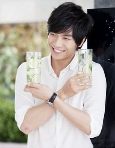 Lee Seung Gi in white. Double fisting, albeit ever so delicately :D p.s. Is that a boo boo?