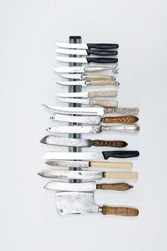 Rangement pratique et tendance pour les couteaux http://www.homelisty.com/barre-rail-magnetique-credence/