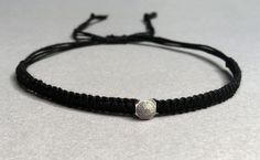 Zeitloses makramee Armband mit Swarovski Element in grau matt Swarovski, Braided Bracelets, Elegant, Etsy, Jewelry, Handmade Bracelets, Wristlets, Grey, Schmuck