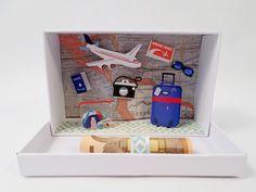 Kleine,hübsche Schachtel im Postkartenstil, der auf den ersten Blick der Inhalt gar nicht anzusehen ist. Beim Öffnen ist die Freude dann um so größer... Die Lieferung erfolgt ohne Geldschein! Die...