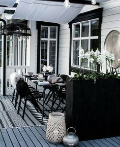 20 Black House Exterior for The Look of House Looks Ghotic Outdoor Lounge, Outdoor Rooms, Outdoor Dining, Outdoor Decor, Black House Exterior, Porch And Balcony, Deck With Pergola, Pergola Kits, Decks And Porches