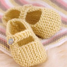 Baby Mary Janes and Other Little Shoes to Knit ~ Knitting Free Baby Mary Janes und andere kleine Schuhe zum Stricken ~ Kostenlos stricken Knitting Baby Girl, Baby Booties Knitting Pattern, Baby Shoes Pattern, Crochet Baby Shoes, Crochet Baby Booties, Crochet Slippers, Crochet Cardigan, Cardigan Pattern, Diy Crochet