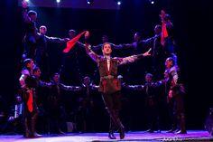 El pasado día 15 de octubre la Compañía de Danza Estatal de Armenia actuó en el Teatre Principal de Barcelona. A pesar de las pequeñas dimensiones del teatro y de estar acostumbrados a actuar en recintos más amplios, la compañía ofreció un espectáculo de danza grandioso, haciendo un uso fantástico del espacio disponible; espacio que se hacía más pequeño por la presencia de los numerosos músicos que acompañaban a los bailarines con las piezas clásicas y armenias que tocaron en vivo.