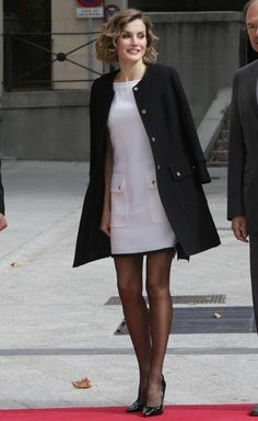 Letizia d'Espagne : Sexy en robe courte… Voire un peu trop ? Queen Letizia of Spain, wearing a very short dress Felipe Varela, at the ceremony of the Luis Carandell Parliamentary Journalism Award in the Senate in Madrid on October Pantyhose Outfits, Nylons, Very Short Dress, Short Dresses, Mode Glamour, Queen Letizia, Business Dresses, Classy Outfits, Skirt Outfits