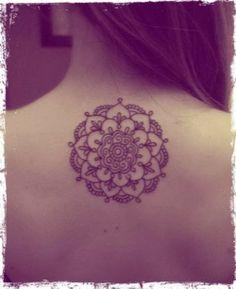 modele tatouage mandala sur le haut du dos, tattoo pour femmes