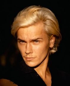 Bleached blonde River Phoenix in 1993, photo: Lance Staedler