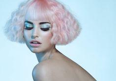 Photographie de mode réalisée par la photographe Joanna Kustra d'un modèle féminin et de son maquillage artistique.