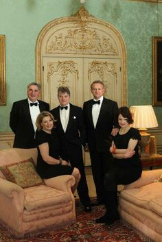 Downton Abbey cast with the Earl and Countess of Carnarvon in the Drawing Room at Highclere Castle, Hampshire, South East England, UK Downton Abbey Castle, Inveraray Castle, Lady Sybil, British Costume, Hugh Bonneville, Castle Howard, Dowager Countess, Charity Event, Hampshire