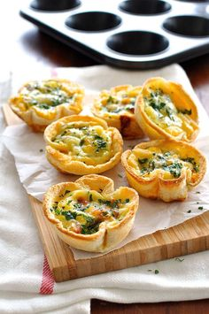 Mini quiches made using sandwich bread! Filled with bacon, cheese and egg mixture. Cute mini quiches made using plain old sandwich bread. Who can possibly resist these? Makes 6 quiches servings). Mini Quiches, Breakfast And Brunch, Breakfast Recipes, Breakfast Quiche, Breakfast Bites, Recipetin Eats, Good Food, Yummy Food, Quiche Lorraine