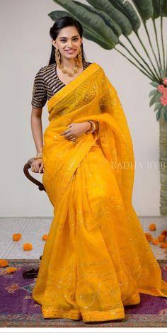 Some fun and glam ways of wearing sarees for bridesmaids -Awesomelifestylefashion Source by sujathanarendar saree Simple Sarees, Trendy Sarees, Stylish Sarees, Fancy Sarees, Indian Beauty Saree, Indian Sarees, Ethnic Sarees, Lehenga, Anarkali