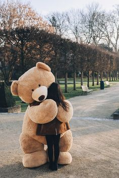 Who wants free hugs? by David Olkarny Photography Who wants free hugs? by David Olkarny Photography Huge Teddy Bears, Teddy Bear Hug, Giant Teddy Bear, Teddy Bear Quotes, Bear Hugs, Cute Girl Wallpaper, Bear Wallpaper, Teddy Girl, Teddy Bear Pictures