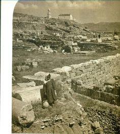 """Ο χώρος του αρχαίου ιερού της Ελευσίνας πριν το 1907, λίγο μετά την έναρξη των ανασκαφών. Στο βάθος, στην κορυφή του λόφου της αρχαίας ακρόπολης, φαίνεται το μεταβυζαντινό εκκλησάκι της """"Παναγίτσας""""  (πηγή:Καλλιόπη Παπαγγελή, Ελευσίνα. Ο αρχαιολογικός χώρος και το μουσείο. EFG Eurobank Ergasias, Αθήνα 2002, σελ. 41) Ancient Beauty, Virgin Mary, Old And New, Museums, Mount Rushmore, Greece, Mountains, History, Places"""