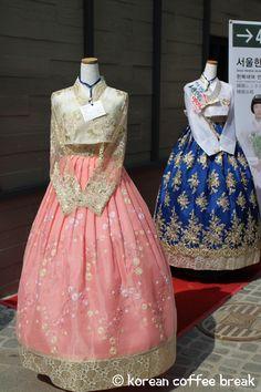 Le hanbok est le nom donné au costume traditionnel de la péninsule coréenne (Corée du Sud et Corée du Nord). Il fait partie des éléments incontournables de la culture coréenne. Il s'agit d'un symbole national à connaître absolument. Le costume coréen représente en effet à lui seul une grande partie de la culture coréenne, autant par son esthétisme que par sa longévité. Caractérisé par des lignes simples et gracieuses, et par des associations de couleurs et textures chatoyantes, le hanbok …