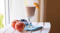 Here's a cool and fruity shake to serve on a hot summer day. Blueberry Ice Cream, Vanilla Ice Cream, Drink Recipes, Gluten Free Recipes, Glutenfree, Shake, Peach, Vegetarian, Dishes