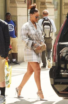 Rihanna wearing Balenciaga Leather Point-Toe Mules, Dior Pre-Fall 2015 Diorama Clutch Bag and Erika Cavallini Fall 2017 Looks Rihanna, Rihanna Show, Mode Rihanna, Rihanna Fenty, Bold Fashion, Star Fashion, Fashion Outfits, Rihanna Fashion, Fashion News