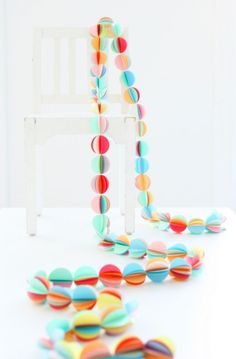 Mokkasin: fast if you own a circle cutter. Easy As Pie DIY Garland - Piles of six to seven circles sewn together with a sewing machine. Diy Paper, Paper Crafts, Diy Crafts, Tissue Paper, Paper Art, Circle Garland, Felt Garland, Serpentina, Paper Balls